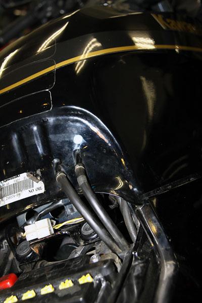 燃料タンク後端2本出しパターン