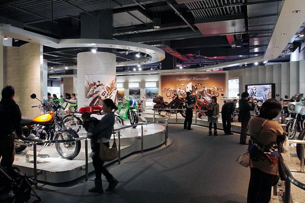 カワサキワールドはカワサキの歴史がわかる企業ミュージアムで、内部にはモーターサイクルギャラリーもある