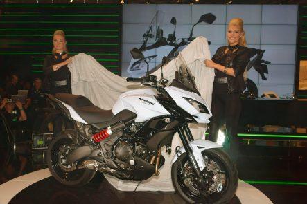2006年に欧州市場に投入され、後に1,000ccバージョンも出て、ドイツでは販売台数でつねにトップ10に入る健闘ぶりを見せるヴェルシスシリーズ。今回は650と1000ともに統一を図ったようなデザイン変更がなされた。こちらはニンジャ650
