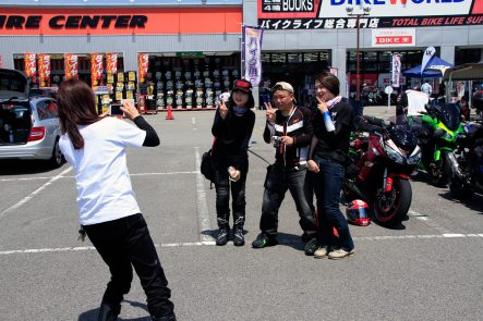 女性参加者と記念撮影