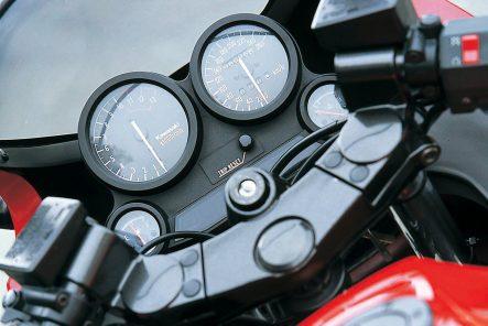 GPZ900R(A13) メーターまわり