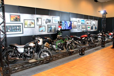 会場の周囲に展示されたバイク