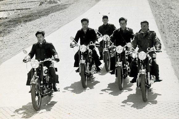 1956年にデビューしたジュニアS3で走るテストライダーの面々