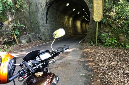 千々石の民家を抜け行くとトンネルが出てくる