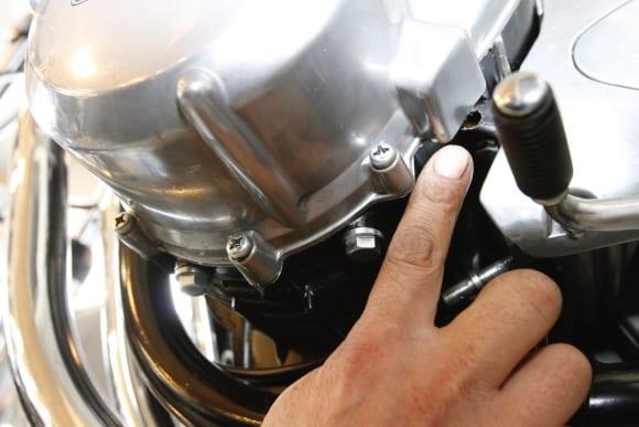 空冷Z系編・オフシーズンにメンテ ジェネレータカバーグロメット部からのオイルにじみや漏れ