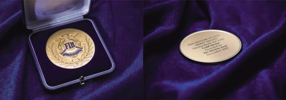 アライヘルメットの代表取締役である新井理夫氏に授与されたゴールドメダル