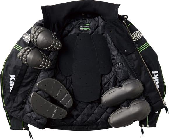 プロテクターは肩、ヒジ、背中、胸に標準装備