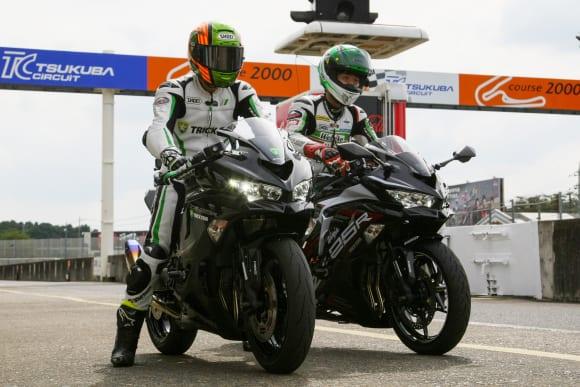 トリックスター代表の鶴田竜二氏と、同チームでアジアロードレース選手戦250㏄クラスの初代チャンピオン・山本剛大選手