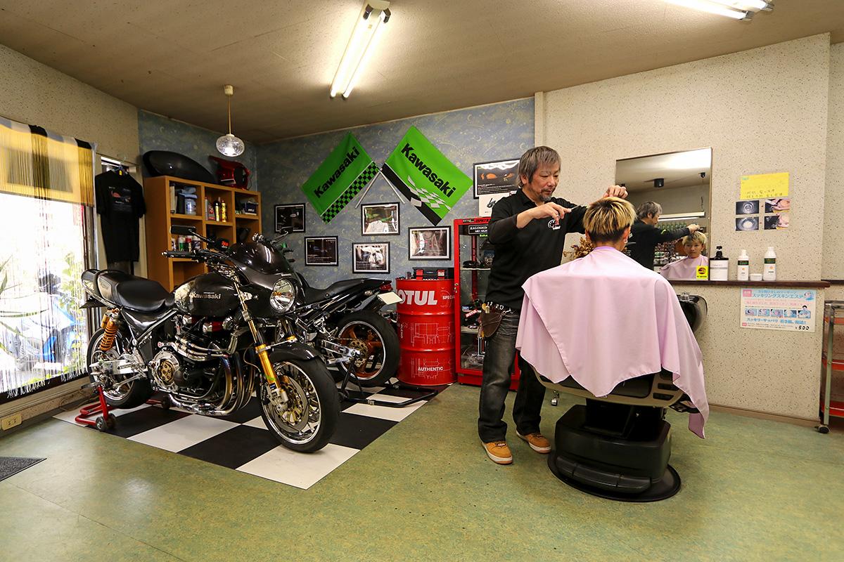 理美容室の一角に広がるバイクライフの空間 ─ 理美容室経営者