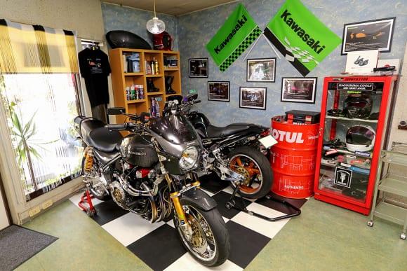 店内には2台のバイクが保管