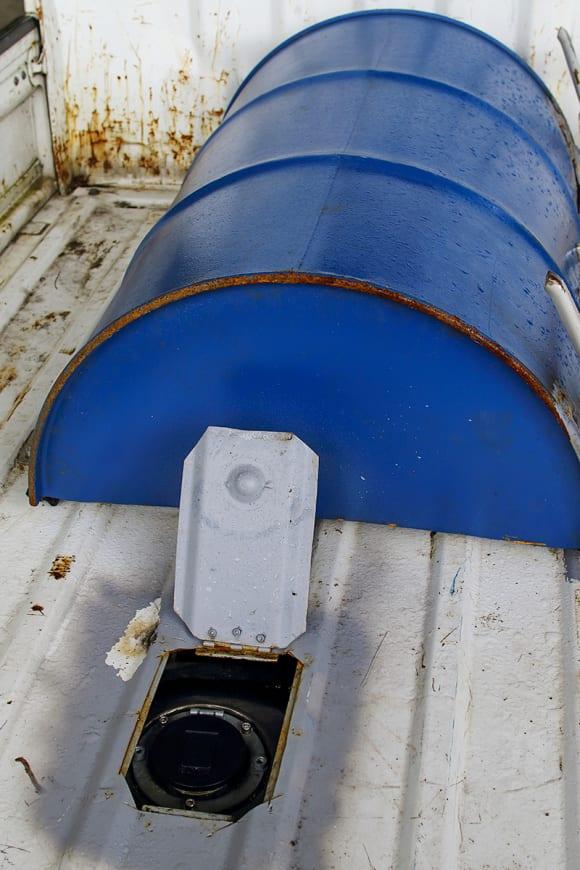 スズキ・キャリイ エンジンは加工したドラム缶でカバー