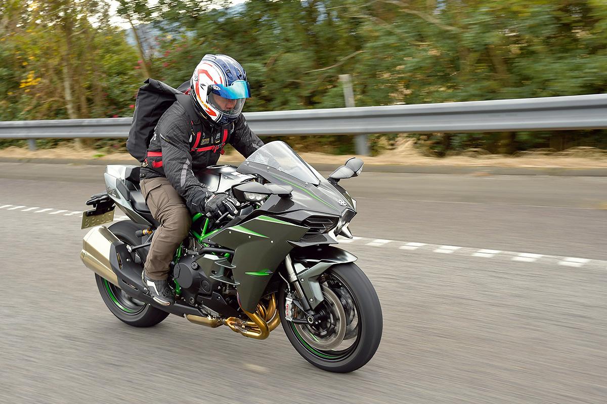 スーパーチャージドエンジン搭載モデル Ninja H2 CARBONインプレッション