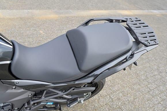VERSYS 1000 SEのシートをインプレッション。スポーツ性と快適性を両立