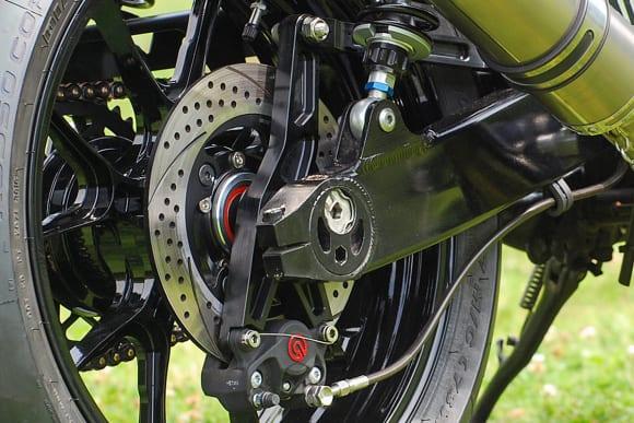 ゼファー750用リヤブレーキキャリパーサポートとトルクロッドの新色がバグース! モーターサイクルから発売