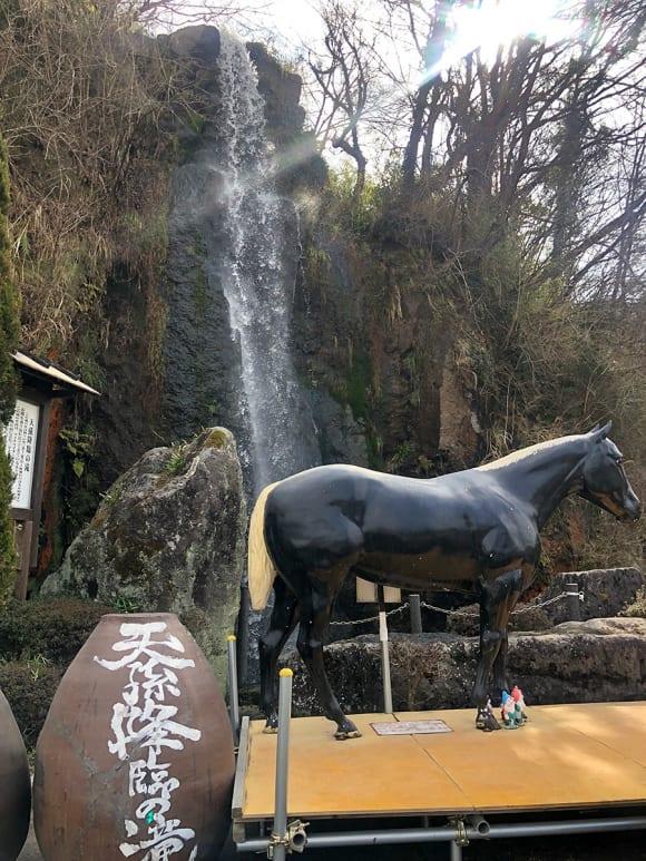 トンネルの駅 黒馬の銅像