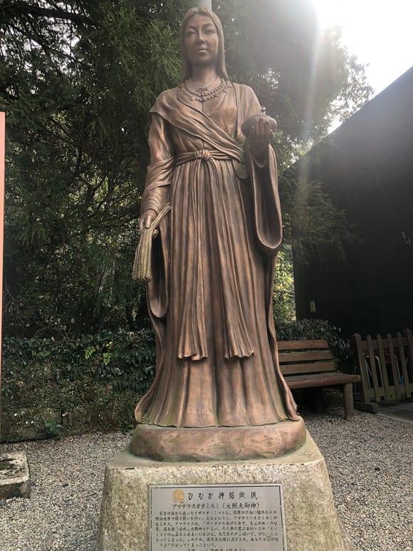 天照大神(日本神話のシンボル的な女神)の銅像
