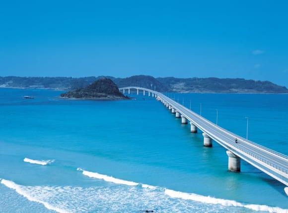 山口県西部の角島大橋を一望できる角島展望台からの景色
